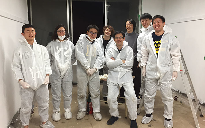 Associate Professor (Lecturer) Toshinori Fujie (fourth from right) and laboratory members