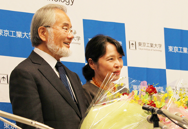 Ohsumi and his wife, Mariko, at the second press conference at Suzukakedai