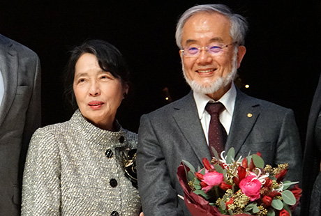 Ohsumi with his wife on stage after lecture