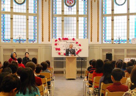 Ohsumi giving talk at Japanese school in Stockholm