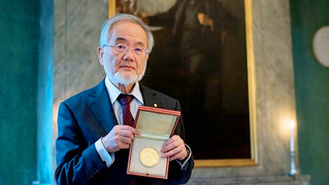 Ohsumi holding his medal at the Nobel Foundation © Nobel Media AB 2016. Photo: Alexander Mahmoud
