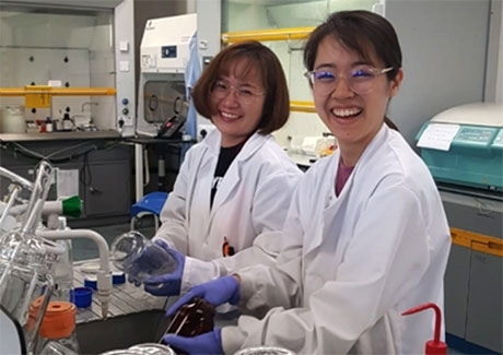 Wu (left) and Yumiko Ito at lab