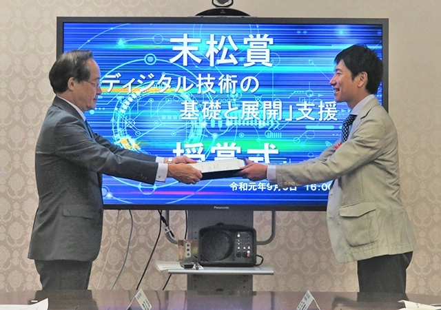 President Masu gave the award to Associate prof. Satoshi MATSUURA
