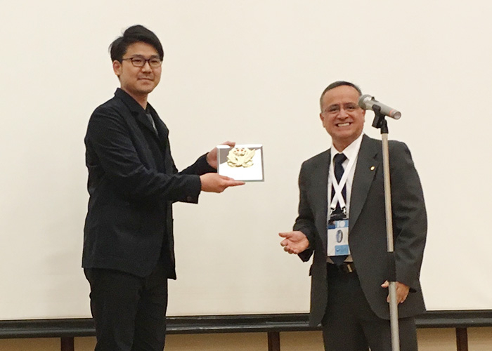 安重英祐さんとIEEE, Electron Devices Society, PresidentのDr. Fernando Guarin, 授賞式にて