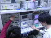 通信の伝送実験を行っているメンバー