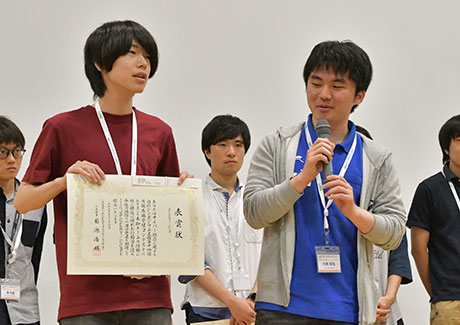 Takayama (left) and Ohashi receiving JPCERT/CC prize