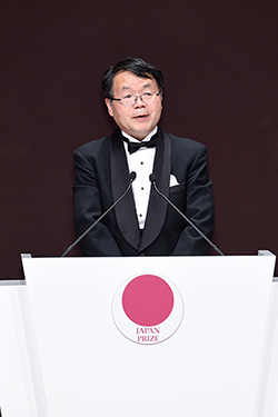 Hosono delivering speech at ceremony Photo courtesy of Japan Prize Foundation