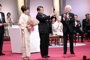 Hosono showing medal to audience Photo courtesy of Japan Prize Foundation