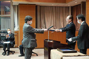 Kuwahara receiving his award